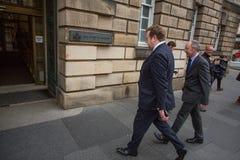 Andrew Coulson försökdeltagare ankommer på Skottland högre domstol royaltyfri foto