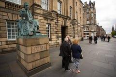 Andrew Coulson försökdeltagare ankommer på Skottland högre domstol arkivbild