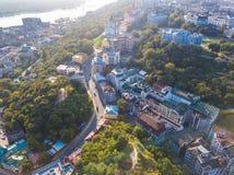 Andrew-` s historcal alte Straße Abfalls in Kiew Kiyv Ukraine Draufsicht von oben Luftbrummenfoto lizenzfreies stockbild