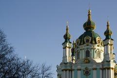 Andrew& x27; s-kyrka i Kyiv, aftonsikt Europa Ukraina royaltyfri foto