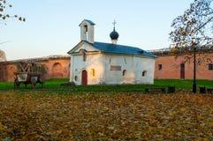Andrew Stratelates Church und hölzerner Wagen des internationalen Projektes Titanen auf Ausflug in Veliky Novgorod Russland stockbilder