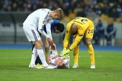 Andriy Yarmolenko采取从其他足球运动员的医疗帮助, UEFA欧罗巴16在发电机a之间的秒腿比赛同盟回合  免版税库存图片