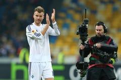Andriy Yarmolenko画象,当他鼓掌对他的爱好者在UEFA欧罗巴16在发电机之间的秒腿比赛以后同盟回合和时 图库摄影