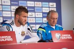 Andriy Yarmolenko avec l'entraîneur Mykhailo Fomenko image libre de droits