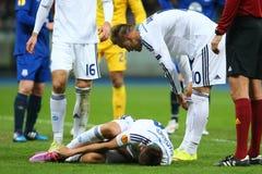 Andriy Yarmolenko betrachtet verletztes Yevhen Khacheridi, UEFA-Europa-Liga-Runde des zweiten Matches des Beines 16 zwischen Dyna Stockbild