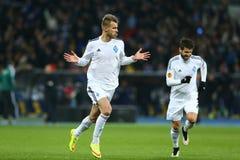 Andriy Yarmolenko comemora o objetivo marcado, o círculo da liga do Europa do UEFA da segundo harmonia do pé 16 entre o dínamo e  imagem de stock