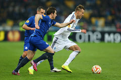 Andriy Yarmolenko-looppas met de bal van Leighton Baines, de Ligaronde van UEFA Europa van 16 tweede beengelijke tussen Dynamo en Royalty-vrije Stock Fotografie