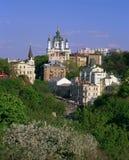 Andriyivskyy-Abfall mit der St- Andrew` s Kirche am springtim lizenzfreie stockfotografie