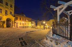 Andriyivskyy Descen uzviz在冬天晚上 其中一个在这条街道的最神奇的大厦是理查` s城堡 免版税图库摄影