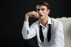 Androgyn man som poserar med cigarren i hans mun Arkivfoton