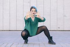 Androgynische junge starke Frau, die für Feminismusgleichheit kämpft Lizenzfreie Stockfotos