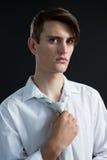 Androgynous mężczyzna przystosowywa jego krawat Zdjęcia Royalty Free
