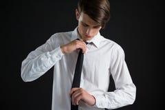 Androgynous mężczyzna przystosowywa jego krawat Fotografia Royalty Free