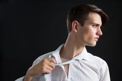 Androgynous mężczyzna przystosowywa jego krawat Obraz Stock