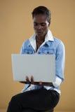 Androgynous mężczyzna używa laptop Zdjęcia Stock