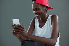 Androgynous mężczyzna używa telefon komórkowego Fotografia Royalty Free