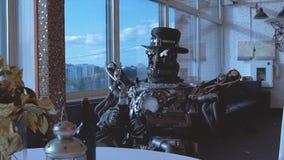 Android auf Datum mit Frau im Restaurant gesamtlänge Verhältnis zwischen künstlichem Cyborg und wirklicher Frau Porträt von stockbilder