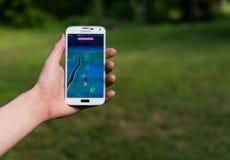 Android-Benutzer, der Pokemon spielt, gehen stockfotografie
