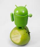 Android con la mela Fotografie Stock Libere da Diritti