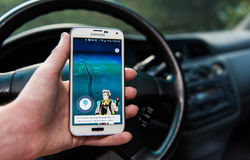 Android-de gebruiker die Pokemon spelen gaat Stock Afbeeldingen