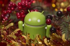 Android figurka z boże narodzenie girlandą obraz royalty free