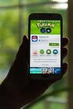 Android-gebruiker het voorbereidingen treffen om Pokemon te installeren gaat Stock Foto