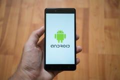 Android logo på smartphoneskärmen Fotografering för Bildbyråer