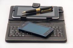 Android minnestavlor och mobiltelefoner på en vit bakgrund Royaltyfria Foton