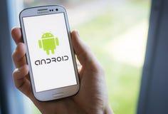 Android mobiltelefonoperativsystem på den Samsung smartphonen Arkivfoton