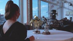 Android na dacie z kobietą w restauracji footage Związek między sztucznym cyborgiem i prawdziwą kobietą Portret zbiory wideo