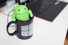 Android nel cucciolo delle finestre Fotografia Stock Libera da Diritti