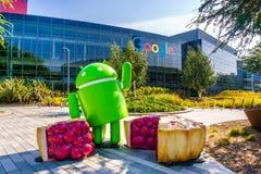 Android-Pasteibeeldhouwwerk bij bij de ingang aan Googleplex in Silicon Valley wordt gevestigd dat stock foto's
