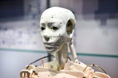 Android robot drukujący na 3D drukarce zdjęcie stock