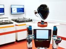 Android robot pracować przy wystawą zdjęcie stock