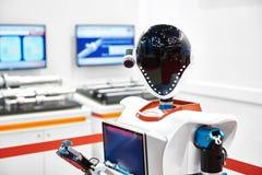 Android robot pracować przy wystawą zdjęcia royalty free