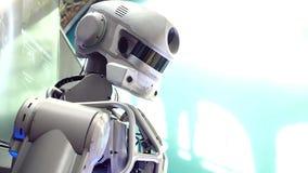 Android-Roboter dreht seinen Kopf Menschlich-Maschinenkommunikation, neue Technologien stock footage