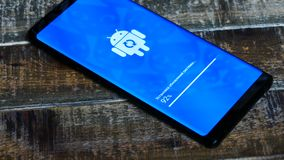 Android-Roboter-Logo Icon On The Smart-Telefon-Schirm stock footage