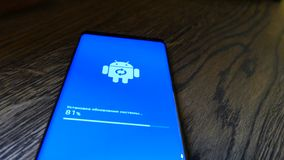 Android-Roboter-Logo Icon On The Smart-Telefon-Schirm stock video footage