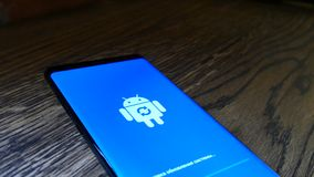 Android-Roboter-Logo Icon On The Smart-Telefon-Schirm stock video