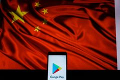Android-Smartphone qui montre le logo de magasin de Google Play devant le drapeau de la Chine photo libre de droits