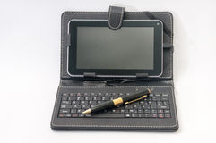 Android tablet and golden pen with keyboard Royalty Free Stock Photos