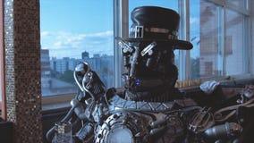 Androide del metal que se sienta en la tabla en restaurante con la copa de vino en el fondo de la vista de edificios altos de la  imagen de archivo libre de regalías
