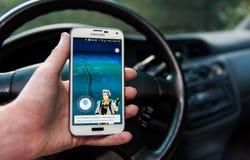 Androidu użytkownik bawić się Pokemon Iść Obrazy Stock