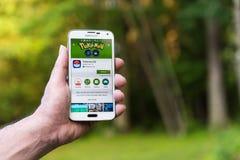 Androidu użytkownik przygotowywa instalować Pokemon Iść Obrazy Stock
