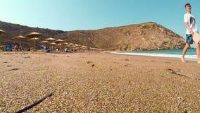Andros, Grécia, o 5 de agosto de 2018 Povos que apreciam seu verão na praia famosa de Zorkos na ilha de Andros em Grécia filme