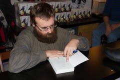 Andrzej Pilipiuk autore firma il suo libro Fotografia Stock Libera da Diritti