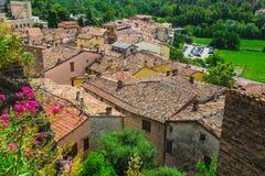 Andscape με τις στέγες των σπιτιών στη μικρή tuscan πόλη στην επαρχία Στοκ Εικόνα