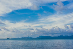 Andscape blauwe hemel met witte wolken Stock Fotografie