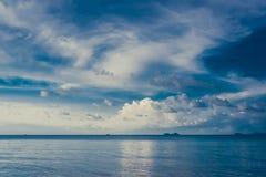 Andscape blauwe hemel met witte wolken Stock Afbeelding