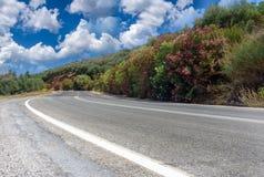 Andscape och väg till och med berg på den västra delen av Kretaön Arkivfoto